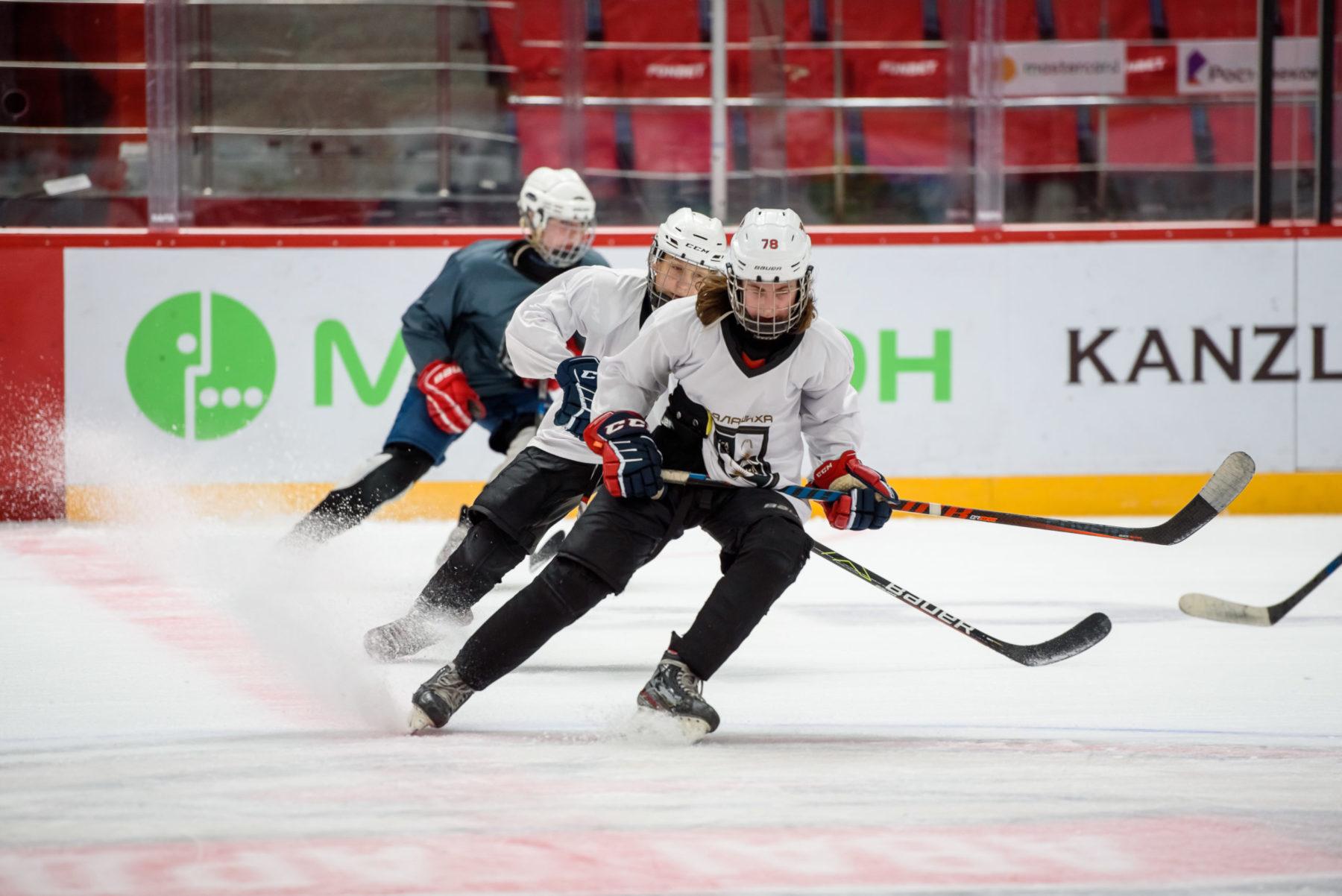 Около 300 юных хоккеистов занимаются в спортшколе имени Юрия Ляпкина в Балашихе